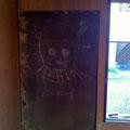 庭に出るドアを作る壁に落書き