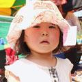 姉妹の妹さん。あまりの暑さに、辛そう。早く帽子帽子!