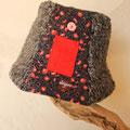 かわいい赤とグレーのモサモサハット。温かそう、思わず触りたくなるね!