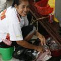 fischzubereitung auf malayisch, direkt auf dem trottoir