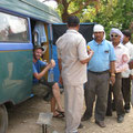 eine von vielen menschenansammlungen vor unserem bus, indien