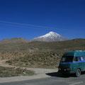 vor dem höchsten berg (damavand) im iran