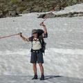 carmen am wandern in der schneebedeckten greina ebene