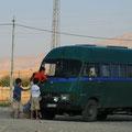 kinder besteigen unseren bus
