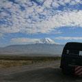 fahrt richtung iranische grenze mit blick auf den schneebedeckten ararat