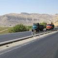 eines der vielen elefantenrennen auf iranischen autobahnen