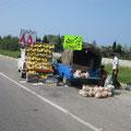 früchteverkäufer auf der autobahn