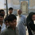 viele neugierige folgen uns zur moschee