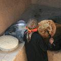 baeckerfrau bei der arbeit