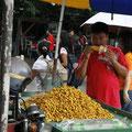 nüssliverkäufer isst mais