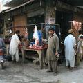 pakistanische metzgerei, die tiere werden auf offener strasse geschlachtet