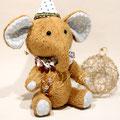 Слоник Фантик с другом-паучком и игрушечным слоником.