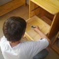 hat seinen neuen Schreibtisch