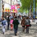 Mariahilfer Straße mit zahlreichen Einkaufsmöglichkeiten