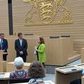 Landesvorstizende Ruth Baumann bedankt sich bei den drei FDP-Abgeordneten