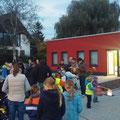Viele Bürger haben sich gegen 18:30 Uhr vor dem Feuerwehrhaus versammelt