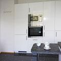 Küche mit Kühl-Gefrier-Kombination, Einbaubackofen und Einbaumikrowelle