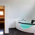 Wellnessbadezimmer mit Sauna und Whirlpool