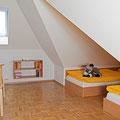 Große 2 Zimmer-Suite mit offenem Durchgang und 5 Einzelbetten