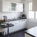 Küche mit Frühstücksbar, Toaster, Kaffeemaschine und Wasserkocher