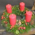 Traditioneller Adventskranz in Rot und Grün