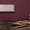Wandbild mit Schwemmholz, oben ein Teelichthalter aus Edelstahl. Gibt tolle Lichtefekte. Modern mit Natürlichkeit.