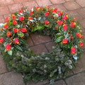 Gärtnerei Lächele: Kranz 3/4 rund: Rose Cherry Brandy (40), Hypericum rot verzweigt (7), Moorbirke (4)