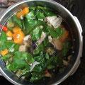 スープの火を止めた後、モリンガ葉をIN