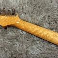 ネック材は当工房自慢のバーズアイメイプルの中でも最上級のものを使用