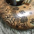 ボディ塗装は限界まで薄くすることで、職人の焼きゴテによる筆痕までも楽しむことが出来る。