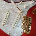 あえてレフトハンド用がセレクトされたカスタムシンクロトレモロ。伝説のギタリストへの敬意が垣間見られる。