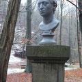 Herder-Büste auf dem Denkmal
