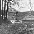 """Das Familienbad der LAPAG im Bau. Rechts die neu angelegte Langebrücker Straße, im Hintergrund die noch brachliegenden """"Siedler-Parzellen"""""""