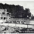 Das Familienbad Liegau, um 1932. Der 5-Meter-Sprungturm an der Becken-Nordseite. Dahinter der Grundmühlenweg.