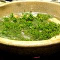 くまの花山椒鍋。仕上げにたっぷりの花山椒が入ると、季節の香りが広がります。鍋いっぱいのみずみずしいグリーンが食欲をそそります。
