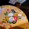 宮脇賣扇庵のウィンドーに飾られた檜扇。牡丹の花が描かれていました。