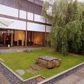 お庭が素敵な京都のカフェ。芝生に枝垂桜の若葉が美しい。