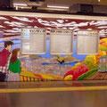 阪急神戸線のラッピング列車。わたせせいぞうさんのイラストで六甲山のケーブルと天覧台の風景が描かれた車両です。