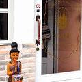 宝塚南口のタイ料理店「マイタイ」の入り口。タイのお人形がお出迎え。
