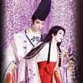 宝塚花組公演「新源氏物語」のポスター。藤の花の中、明日海りおさんの美しい源氏と藤壺