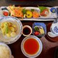 宝塚ホテル和食「曙」のランチ。てんぷら・茶わん蒸し・小さなお料理がいっぱいの前菜。