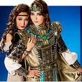 宝塚宙組公演「王家に捧ぐ歌」のポスター写真。エジプトの戦士ラダメスと、よりそうエチオピアの王女アイーダ。