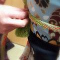 森田空美流着付け教室in関西のお稽古風景。成人式に向けてのお稽古中です。帯締めを結んでいるところです。