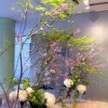 勝山健史さんの個展会場。入り口には紫と白の花が活けられた、大きなアレンジメント。