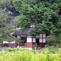 花巻温泉にほど近い、高山山荘。宮沢賢治の家族を頼って疎開してきたそうですが、森の中の一軒家の趣です。