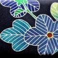 京都の友禅工房「高橋徳」さんのカードケース。紺地に花柄の京友禅。