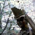 宝塚「花の道」のブロンズ像と桜の花。