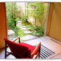 染色作家冨田潤さんのタペストリーが飾られている「庭坐」と呼ばれるお部屋。ゆったりと庭を眺めることができます。