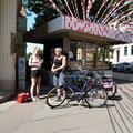 Jule Noack und Marion Tischler starten zum Hallali. Start ist immer  hr.fleischers KIOSK am Reileck