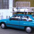 Es paßt alles in einen Opel Corsa, Holzkiosk im und auf Opel Corsa